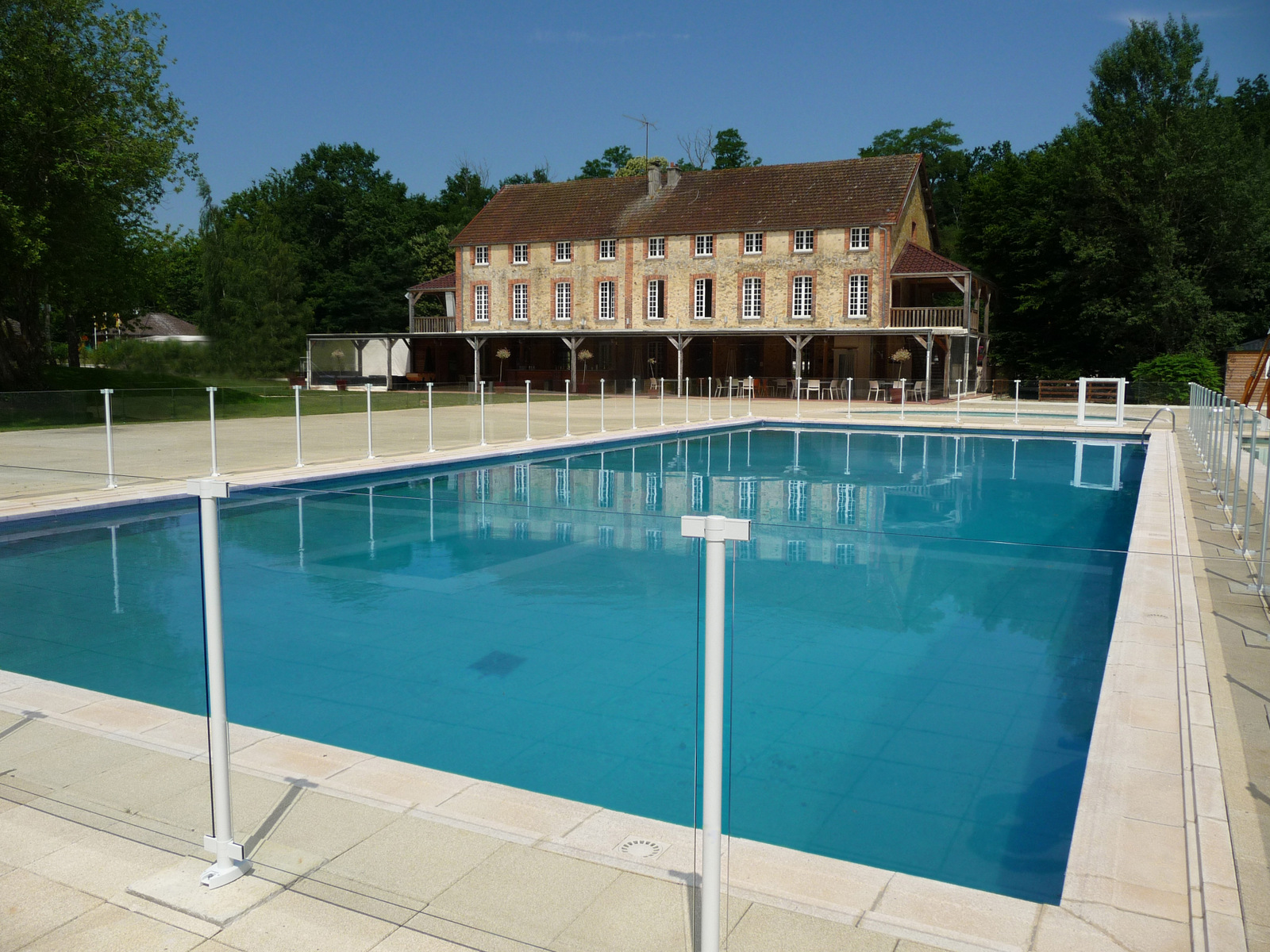 Barri re de piscine en aluminium et protection aluminium for Portillon piscine verre